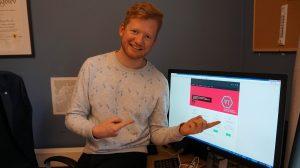 Aleksander viser frem nettsidene